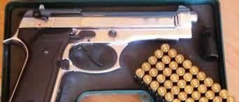 À 75 ans I.B. est appréhendé à l'aéroport avec un pistolet et des munitions dans ses bagages