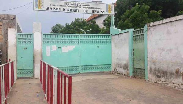 Diogoye Gningue agresse un garde pénitentiaire pour lui chiper son téléphone portable. Il encourt 1 an ferme