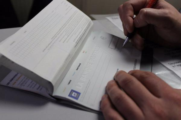 Usage de chèques volés, faux et usage de faux en écriture bancaire, complicité : M. L et A. C risquent respectivement, des peines de 7 à 10 ans ferme