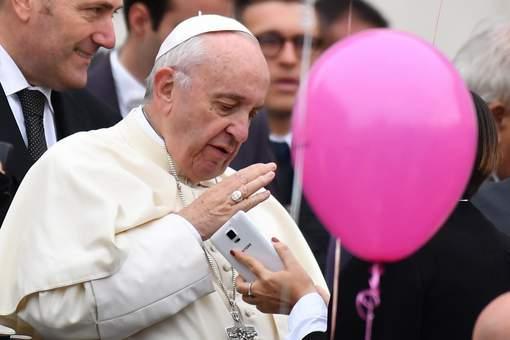 Pas de téléphones pendant la messe, demande le pape