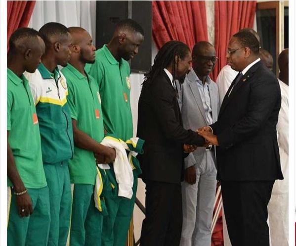 Macky Sall aux lions de foot: «Évitez les jeunes filles... »