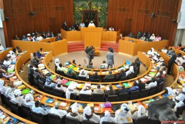 DPG : des ministres mangent tranquillement à l'Assemblée en pleine séance