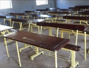 Aliou Sall peint les tables des écoles de Guédiawaye aux couleurs de l'APR