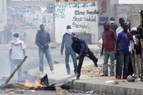 Etudiants et forces de l'ordre s'affrontent devant l'Ucad