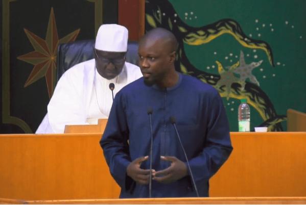 Ousmane Sonko prend sa plume et exhibe des documents pour répondre à Mimi Touré