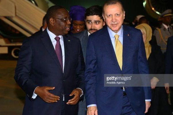 Vidéo: Un garde du corps du président Erdogan bloque et isole Macky Sall pour …