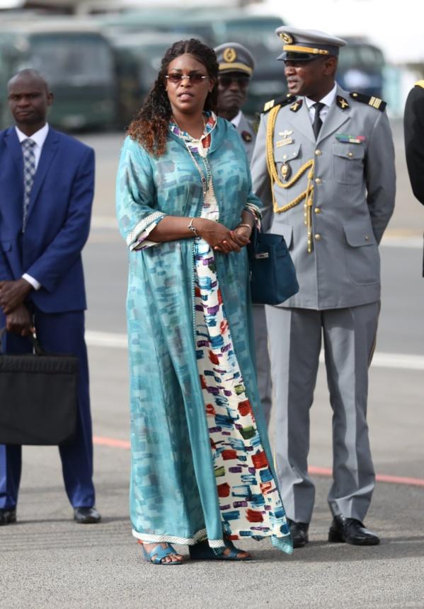 Elégance et classe, la Première Dame confirme sa réputation à l'accueil du roi du Swaziland