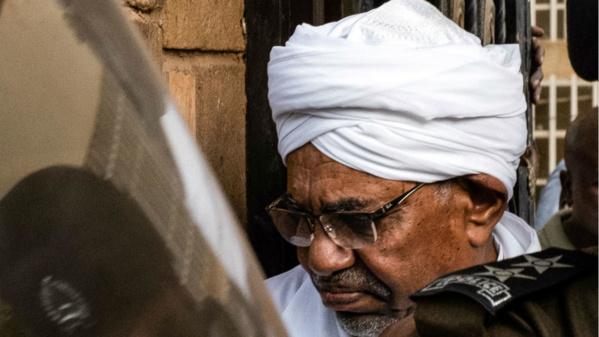 Omar el-Bechir, l'ex-président soudanais déchu devant la justice pour corruption