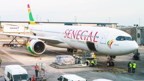 """L'avion d'AIR SENEGAL cloué au sol à Paris, des passagers bloqués depuis plus de 5 heures de temps dans la capitale Française...Air Sénégal surnommé """"Air Inchallah"""""""