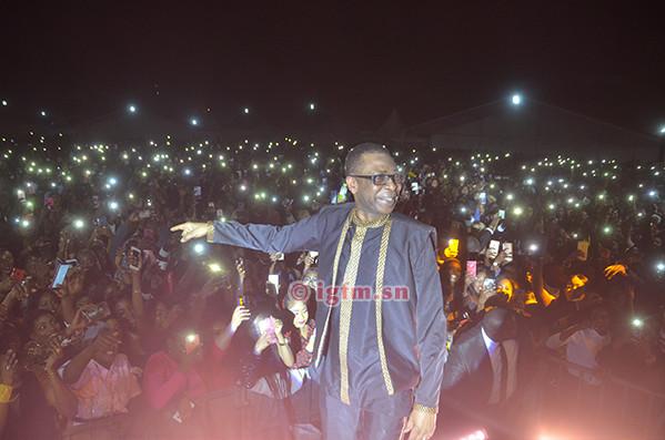 """Le """"Roi de la Musique Sénégalaise""""  offre un """"live """" sur la Place de l'Obélisque-  """"You"""" rabat le caquet à ceux qui le taxent d'être près de ses ...sous!"""
