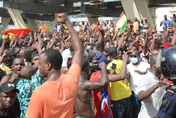 Les images de la marche des Guinéens devant leur ambassade à Dakar