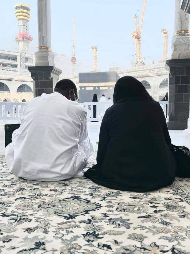 Le président de la République en Oumrah à la Mecque avec son épouse – Quid des souffrances quotidiennes des Sénégalais ?