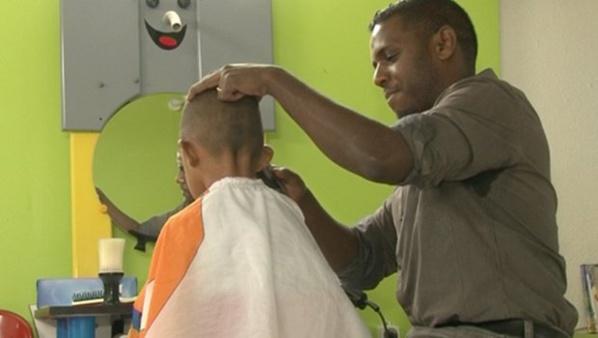 Les autorités iraniennes viennent de créer une nouvelle prohibition dans leur société. Ainsi, il est interdit aux hommes de porter des coupes de cheveux non-orthodoxes.