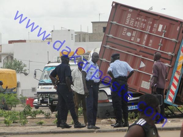 Rufisque: la voiture de police heurté par un camion (images)
