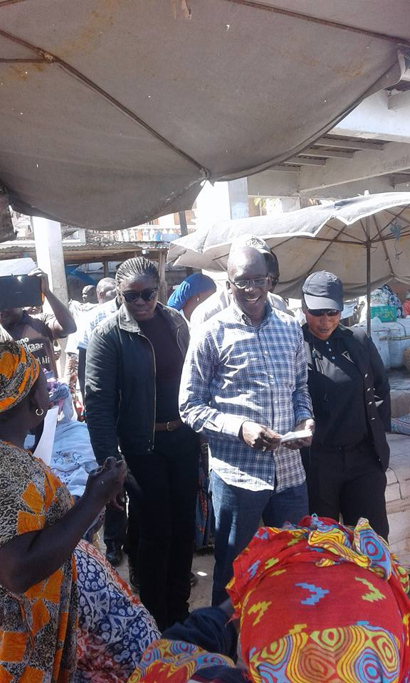 Diouf Sarr en campagne avec sa garde rapprochée ...féminine