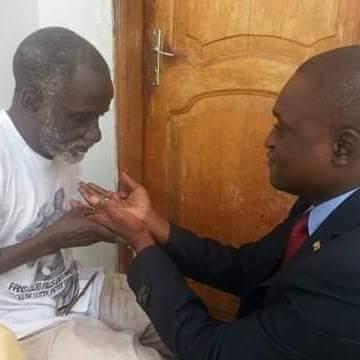 Abdoulaye Guissé recueillant le prières  de son défunt père