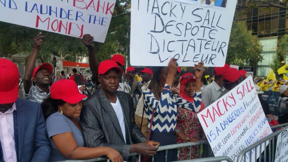 Le Président Macky Sall hué devant le siège des Nations Unies ...Deux arrestations parmi les opposants...Tanor Dieng et Aliou Sall en prennent pour leur grade...