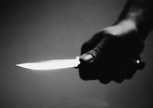 Il assène plusieurs coups de couteau à son père avant de…