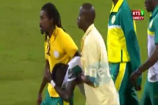 Vidéo: Sadio Mané inconsolable après avoir raté le penalty face au Cameroun. Regardez!