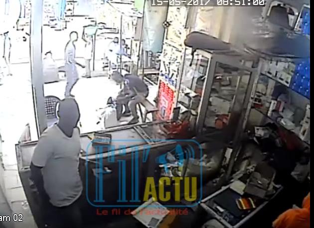 Un voleur qui dérobe un sac de portable filmé par des caméras de surveillance