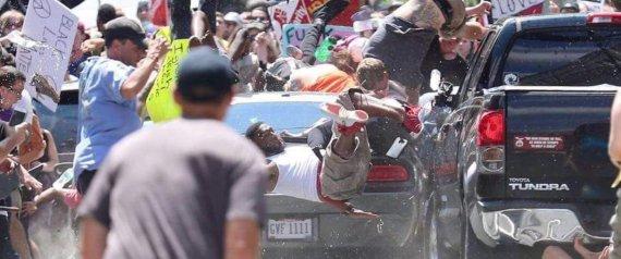 Une voiture percute des manifestants anti-racisme à Charlottesville, au moins un mort et plusieurs blessés
