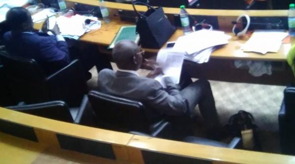 Désintéressement: quand un député corrige les copies de ses étudiants au sein de l'assemblée