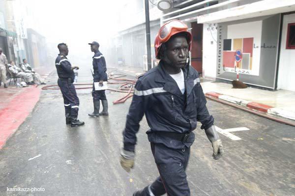 Les Sapeurs éteignent un incendie avec des sceaux d'eau