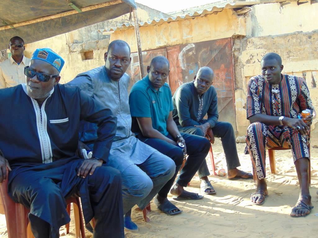 Ablaye Sow prend une pause-thé avec les jeunes de Thiès après la Ziarra annuelle de Thierno Mountaqa Daha Tall à Louga
