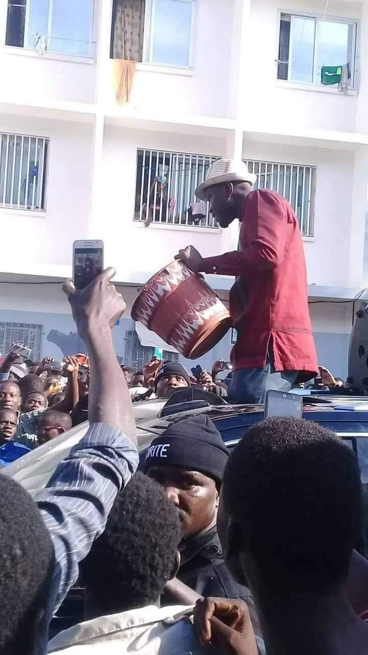 Les pieds de nez du candidat Ousmane Sonko avec un seau sans eau