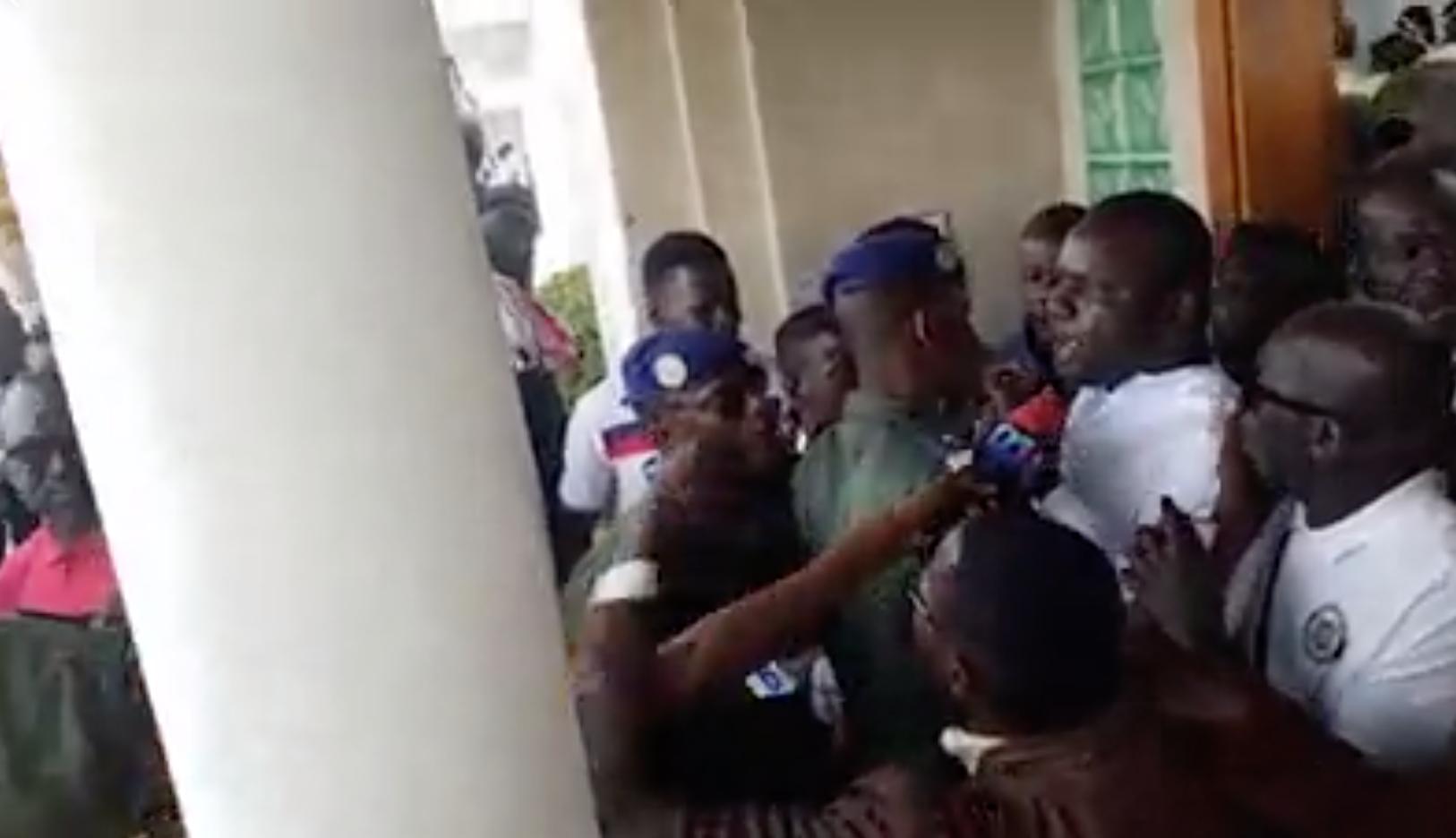 Vidéo – Présidentielle 2019 : Déthié Fall malmené, des militants d'Idy 2019 arrêtés