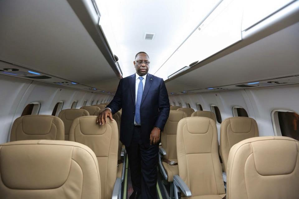 Regardez, le Président Macky Sall dans l'avion d'AIR SENEGAL pour Paris
