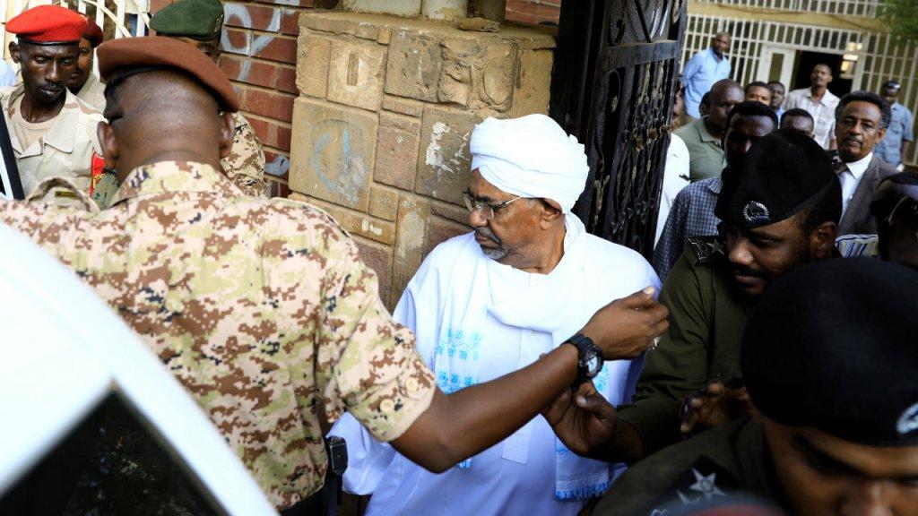 L'ex-président Soudanais Omar el-Béchir transféré au parquet avant sa comparution