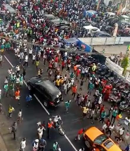 L'incroyable scène de liesse à Dakar. Comme vous le voyez sur ces images de dakarposte, les Sénégalais et même des étrangers ont spontanément envahi les rues de Dakar dès le coup de sifflet final