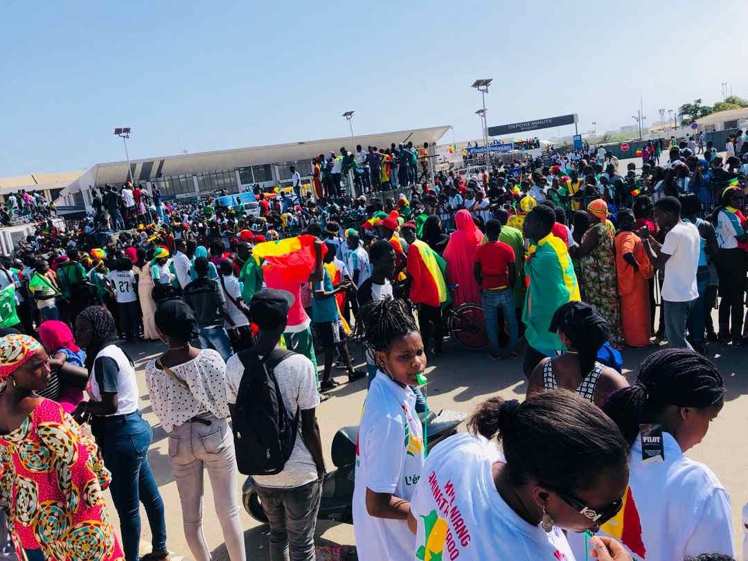 De retour d'Egypte, bain de foule et show improvisé pour les Lions du Sénégal