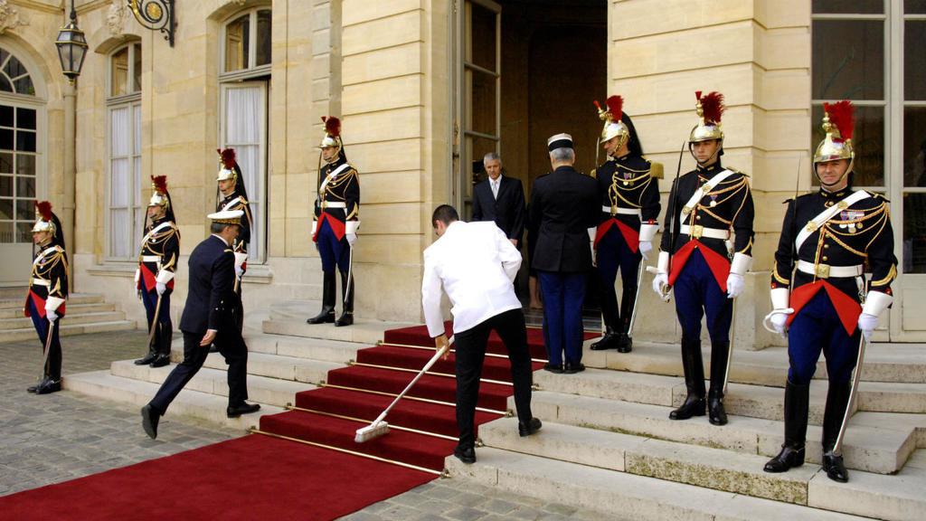 Un décret limite à 10 ans certains avantages des anciens Premiers ministres français