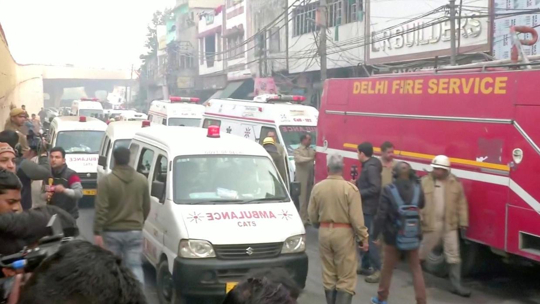 Des ambulances arrivent sur le lieu de l'incendie à New Delhi, en Inde, le 8 décembre 2019