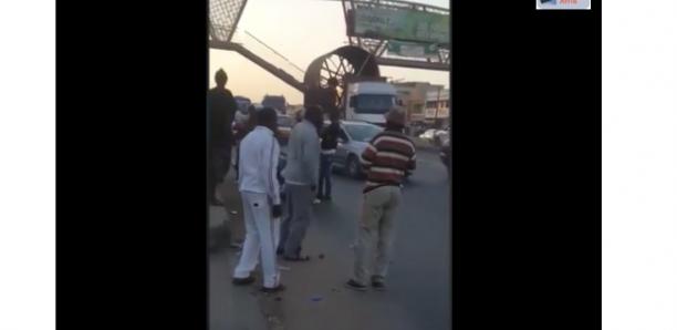 Diacksao: un camion fait tomber une passerelle