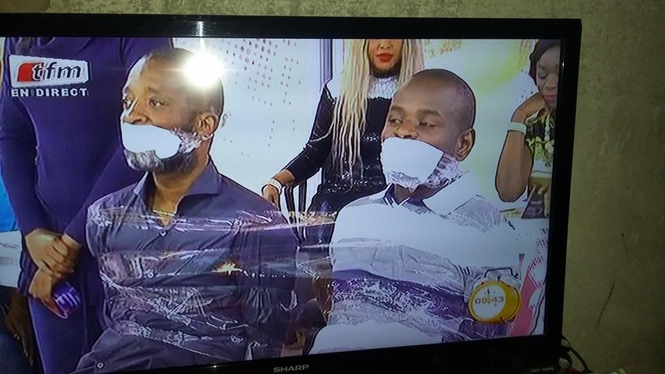Bouba Ndour et l'animateur Pape Cheikh Diallo solidement attachés avec du papier collant adhésif par la  gent féminine de Tfm