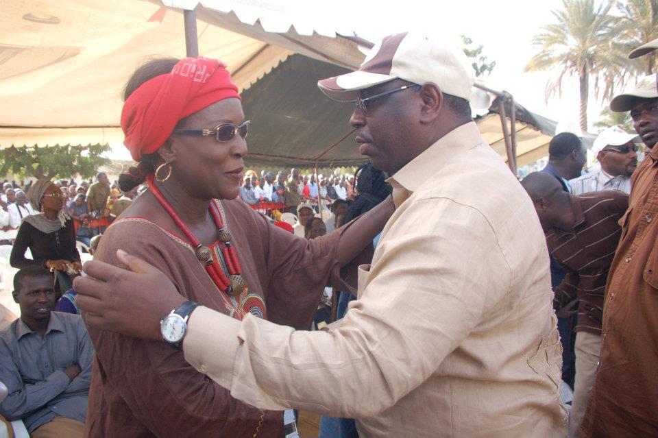 Arrêt sur image!  Cette accolade chaleureuse entre le candidat Macky Sall et le Pr Amsatou Sow Sidibé