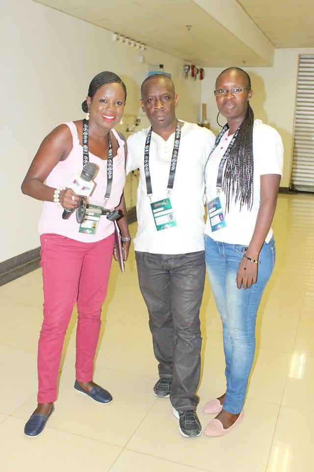 Angélique Thiandoum en Jeans bleu avec la monture, Amédine Sy au milieu et Mame Fatou Ndoye