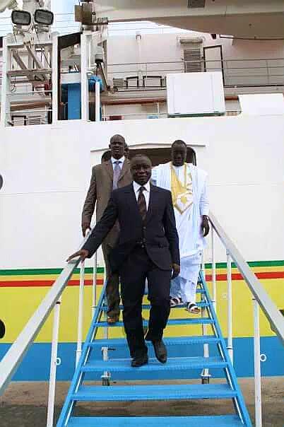 Arrêt  sur image! Reconnaissez-vous le Monsieur en blanc derrière Idrissa Seck ?