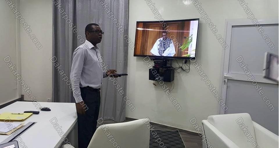 En exclusivité dans son bureau, Youssou Ndour visionne le clip Serigne Fallou disponible ce mardi 10 mai 2016