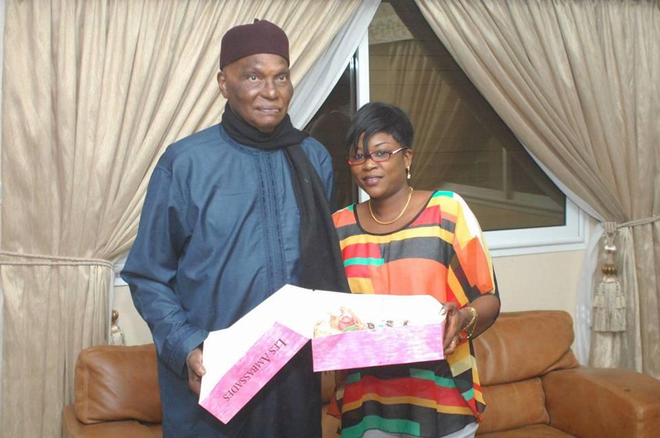 """Le """"Vieux"""" posant avec Marie Sow Ndiaye. Image d'archive prise à la résidence de Fann Résidence"""