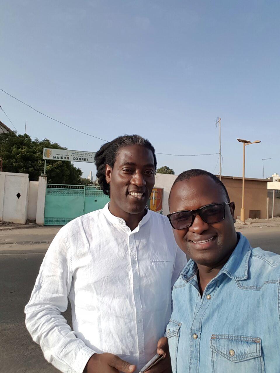 Le chanteur Diazaka et Cheikh Gadiaga au sortir de leur visite à la prison de Rebeuss