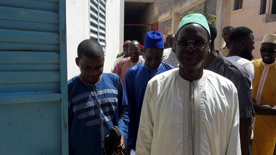"""Le responsable """"Apériste"""" Abdou Karim Sall offre un climatiseur à l'imam de la grande mosquée de MBAO"""