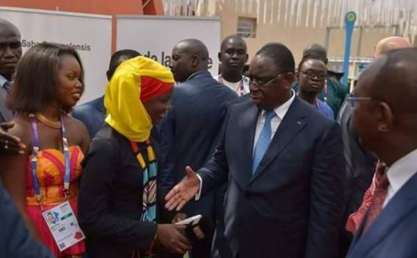 Arrêt sur image : Quand Macky Sall veut serrer la main de Oumy, la « ibadou » de la Rts