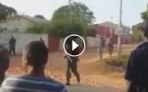Le chef du personnel de la défense des Forces armées de Gambie est en train de jubiler avec la foule. Regardez