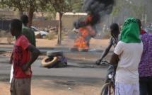 Au petit matin,des  partisans de Bamba Fall brûlent des pneus sur l'avenue Blaise Diagne