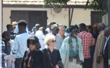 Photos: la levée du corps de Issa Samb alias Joe Ouakam L'hôpital Principal a accueilli ce matin une immense foule composée de la délégation présidentielle dirigée par le S.E.M Macky Sall pour accompagner le défunt, sculpteur, peintre, acteur