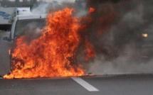 Une voiture prend feu sur la corniche